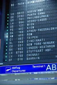 Ein Weg in den Urlaub zu fliegen ist das direkte Buchen am Flughafen, andere Möglichkeiten bestehen im Internet