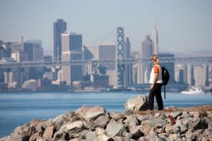 Frau vor Oakland Brücke in San Francisco