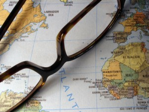 Eine Brille liegt auf einer Weltkarte