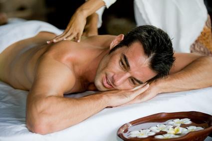 Mann bekommt Massage