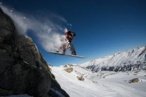 Snowboardfahrer in den Alpen