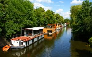 Hausboote auf einem Fluss