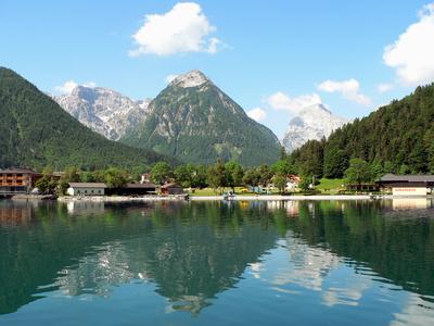 Ein See in Österreich an den Bergen im Frühling