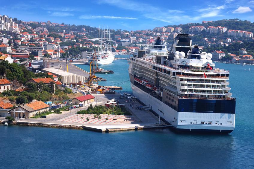 Ein kreuzfahrtschiff liegt in einem Hafen