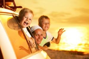 Kinder gucken aus einem Auto im Urlaub