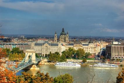 Blick auf das Parlament und die Donau