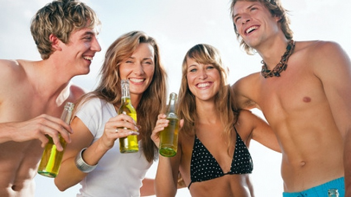 Gruppe mit Jugendlichen feiert eine Party