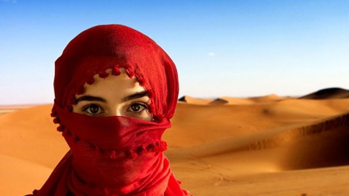 Eine tunesische Frau in der Wüste