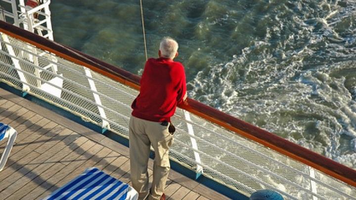 Ein älterer Herr bei einer Kreuzfahrt
