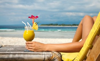 Holding cocktail on a tropical beach, Urlaub, Reise, Strand, Cocktail